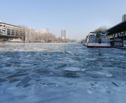 Bassin_de_la_Villette,_France_-_Frozen_Canal_01.jpeg