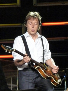 450px-Paul_McCartney_live_in_Dublin.jpeg