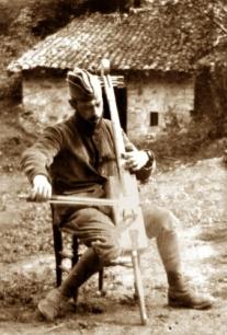 651583-francoois-gervais-avec-violoncelle-fabriqueu-dans-boite-de-munitions-coll-historial-de-la-grande-gue.jpg