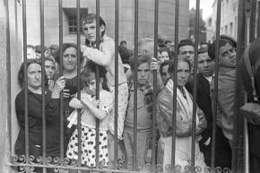 Una-foto-di-Gerda-Taro-folla-esterno-dellobitorio-dopo-un-raid-aereo-Spagna-Valencia-Maggio-1937